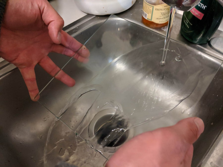 Cleaning a glass 3D printer bed in a sink